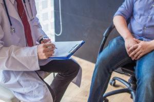 専門医から助言を受ける患者
