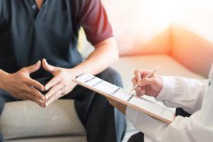 専門医から丁寧な問診を受ける患者