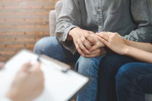 専門医から質問を受けるカップル