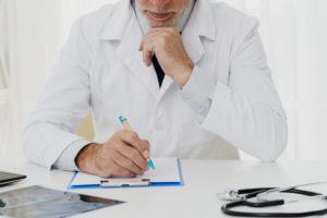 専門医は患者の告知に耳を傾ける