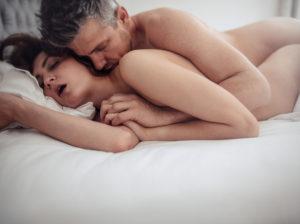 中年男性は若い女性とセックス中